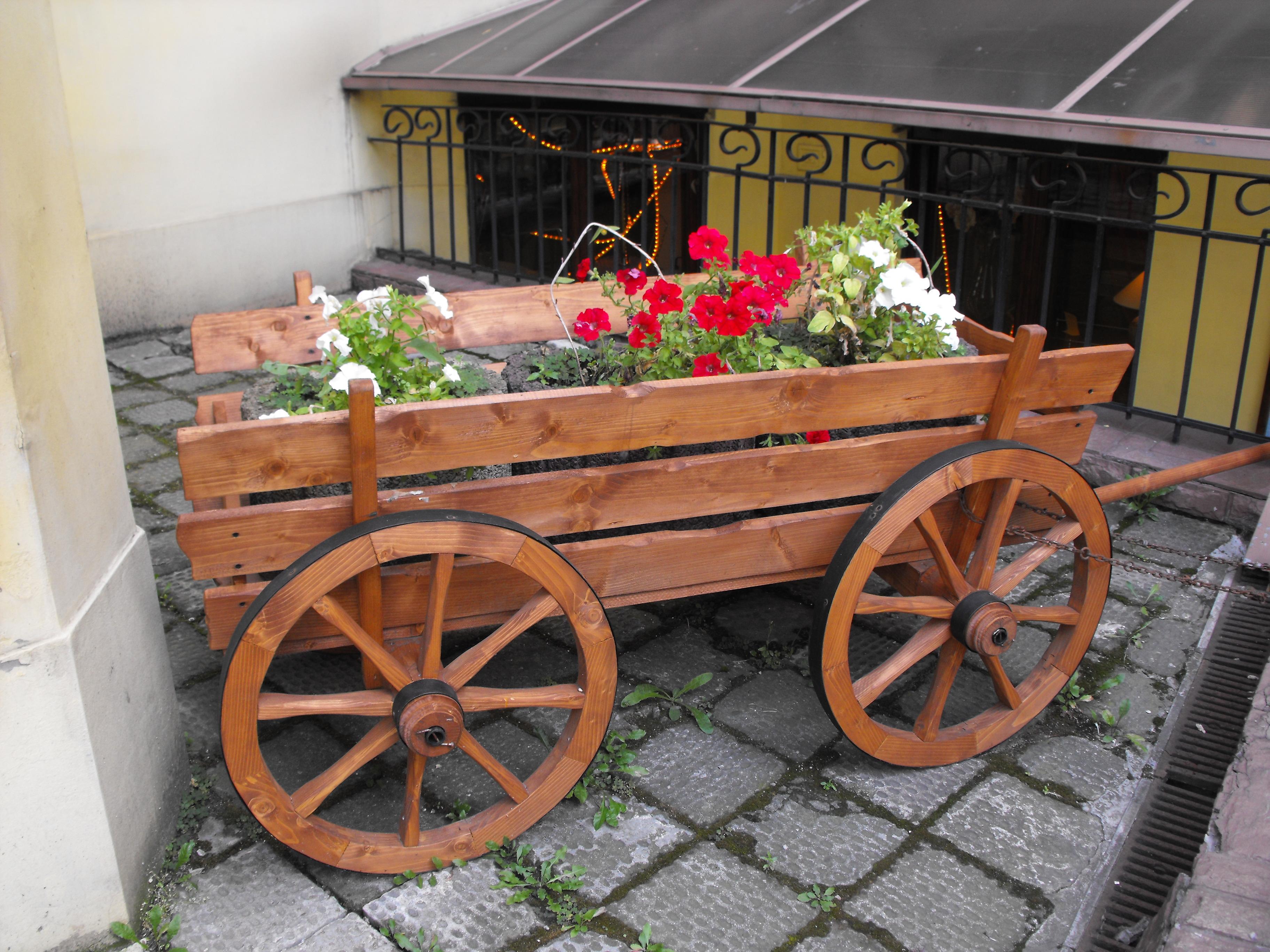 Деревянная тележка для цветов своими руками фото